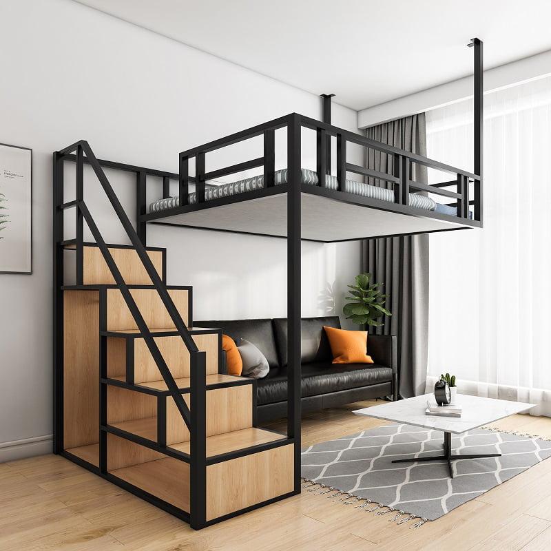 閣樓的鐵架有鑲入牆及天花,所以下方有樓梯櫃那邊的支撐就足夠,不會把樓下的空間封得死死的,可以保留近窗邊的開揚感及採光,擺放沙發或餐枱都不會覺得壓迫