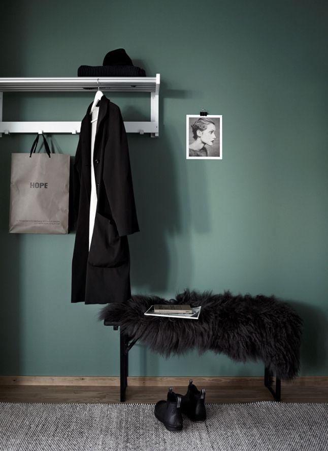 外國很流行將房間的牆身油成墨綠色,配搭白色傢俬有份簡約自然的氣息