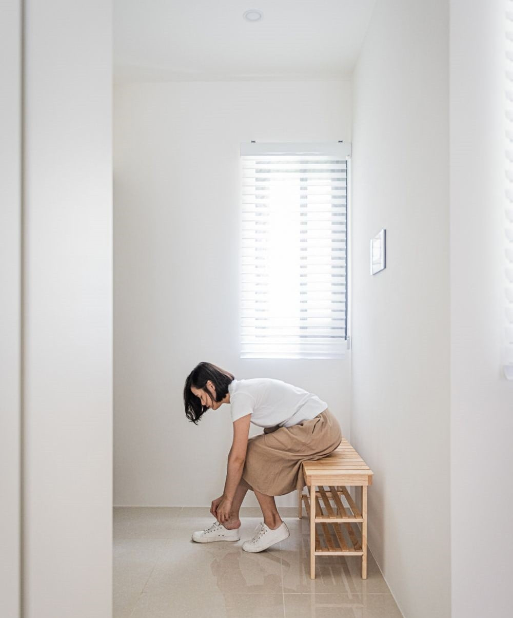 在入門處的牆上,放一面全身鏡,旁邊再配一張小巧精緻的換鞋櫈及掛衣杆的話,形態上已經形成一個很美的玄關區