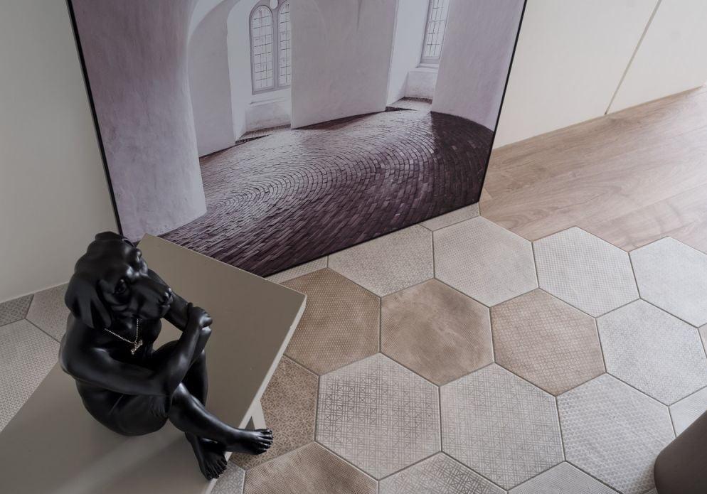 若真的不想用櫃來間出玄關空間的話,可以在近大門處鋪上不同花色及材質的地板,再簡單一點就是鋪上地氈,確保玄關區的地面耐刮、好清理