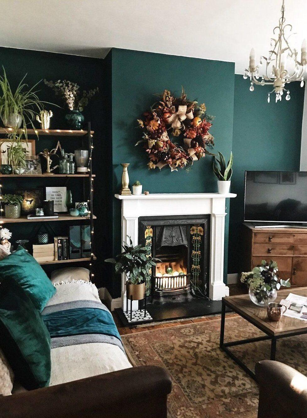 外國很流行將房間的牆身油成墨綠色,配搭深色絨布傢俬有種復古的華麗風格