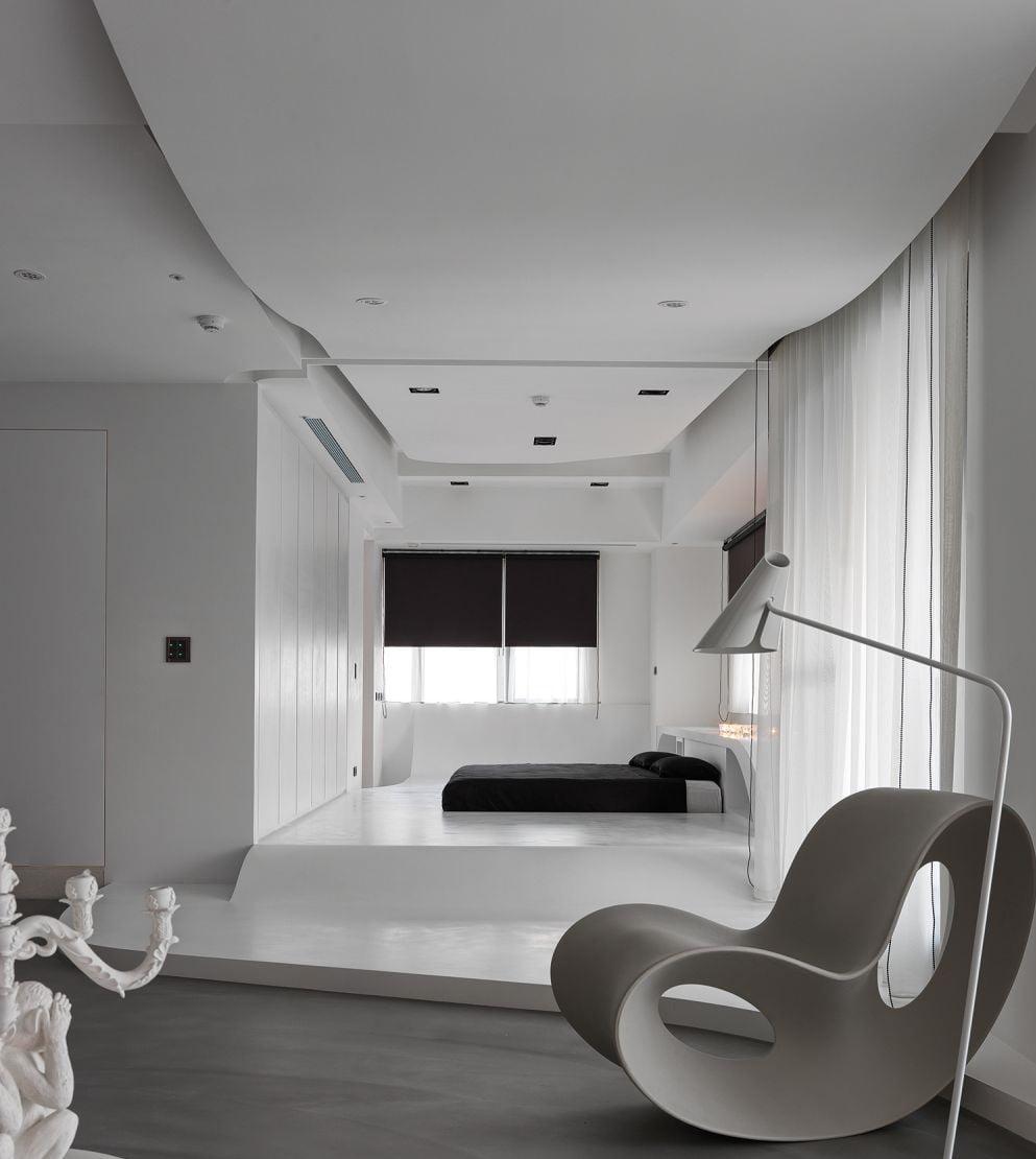 全白色調的睡房傢俬是最百搭的設計,跟任何顏色的家品配搭都很合襯,如夢幻的粉嫩色彩、型格的黑白風、大膽的撞色風、溫暖的大地色系,白色傢俬都能輕鬆駕馭