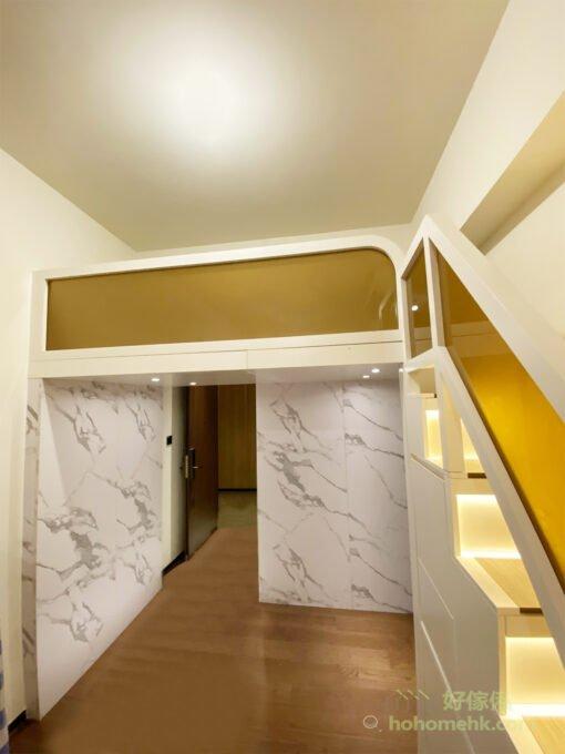 茶色玻璃一直延伸至閣樓圍欄,統一閣樓的風格