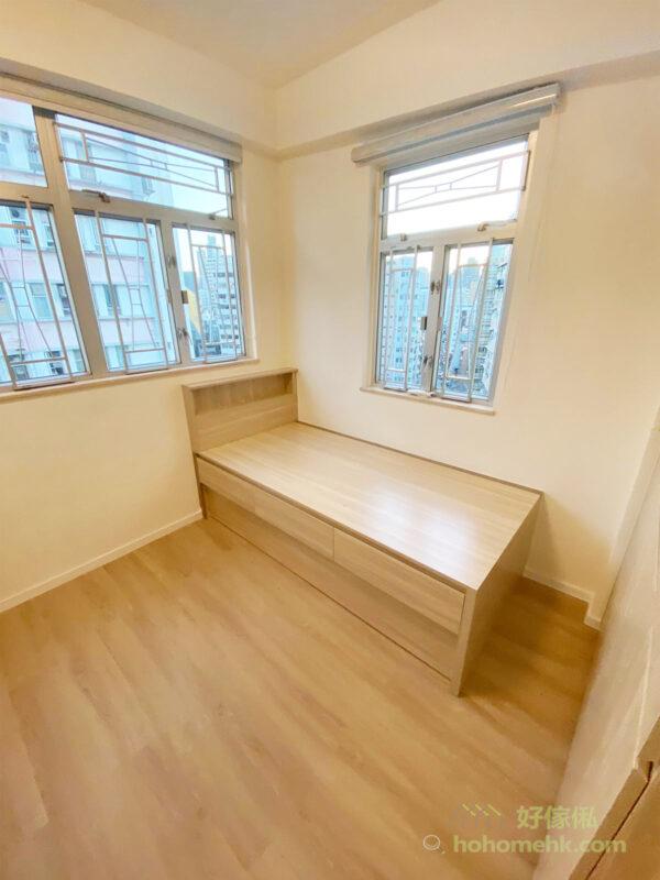 地台床和衣櫃在顏色的搭配上,都是淺色調,不但能融入空間氛圍,也能讓整體感覺更為明亮,為空間帶來自然清新的舒適感受