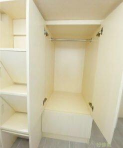 衣櫃讓工人姐姐收納衣物,分開掛衣區和櫃桶,讓不同種類的衣物都有適當的存放空間