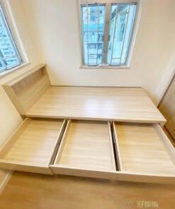 睡床的床頭櫃條線簡約俐落,沒有多餘的裝飾,營造樸素及清爽感覺之餘又實用