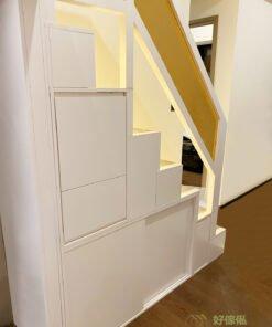 梯級下內藏儲物空間,分成在梯級的上翻式儲物箱和側面打開的儲物櫃,令客廳不會因為閣樓而減少了儲物的空間,反而可以將收納櫃隱藏在閣樓的結構中