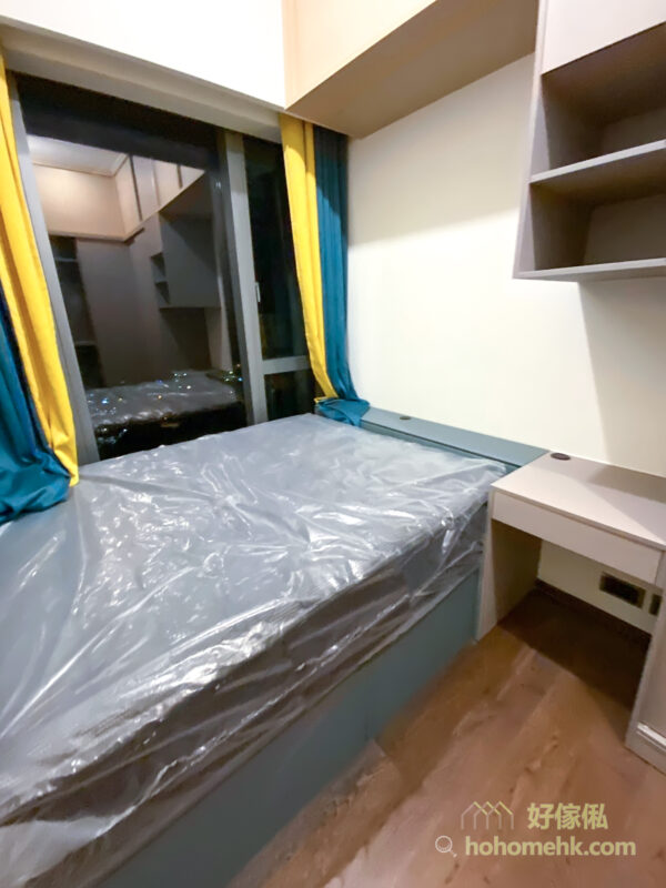 按高度來分配顏色的選擇,最高的吊櫃部份選擇淺色或明亮色,衣櫃就選擇中間色調,地台床就揀最深色,形造空間的層次感之外,又不會造成壓迫感