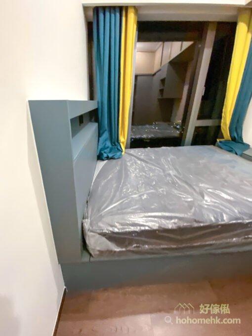 如果地台床的前後有少許剩餘的空間,可以利用垂直空間設計床頭或床尾櫃做收納