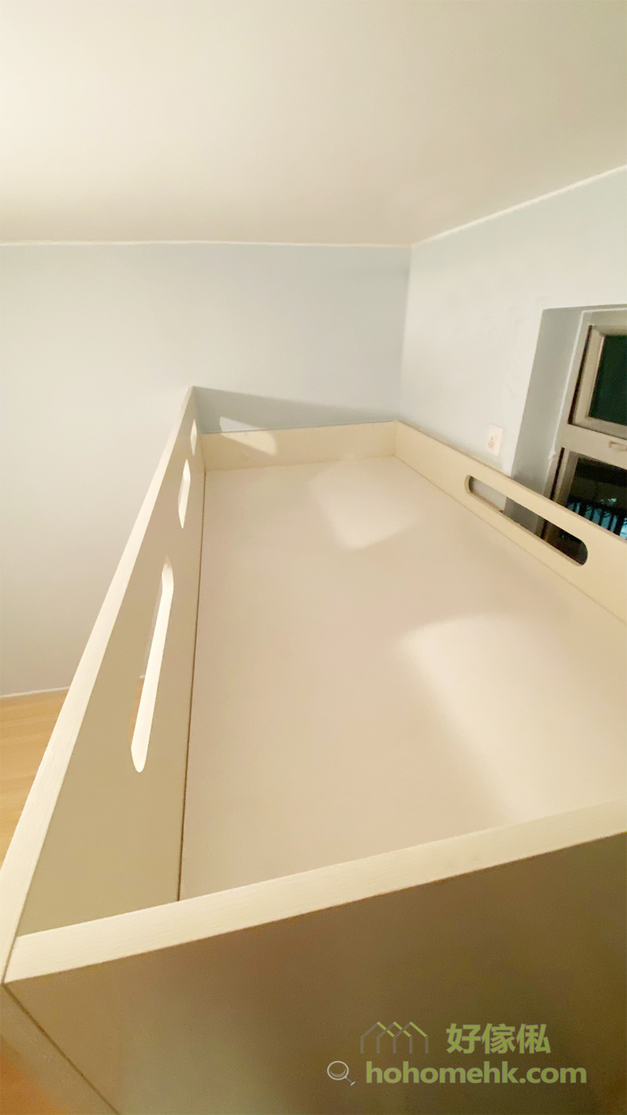 上格床採用不對稱的圍欄設計,向外的圍欄會比較高,確保安全,而靠窗的圍欄則比較矮,令上格床更加通爽、明亮