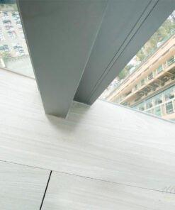 當地台的高度與窗台拉平之後,窗台的空間也可以吸納成室內的活動區域,屋主便可以擁有更寬敞的空間