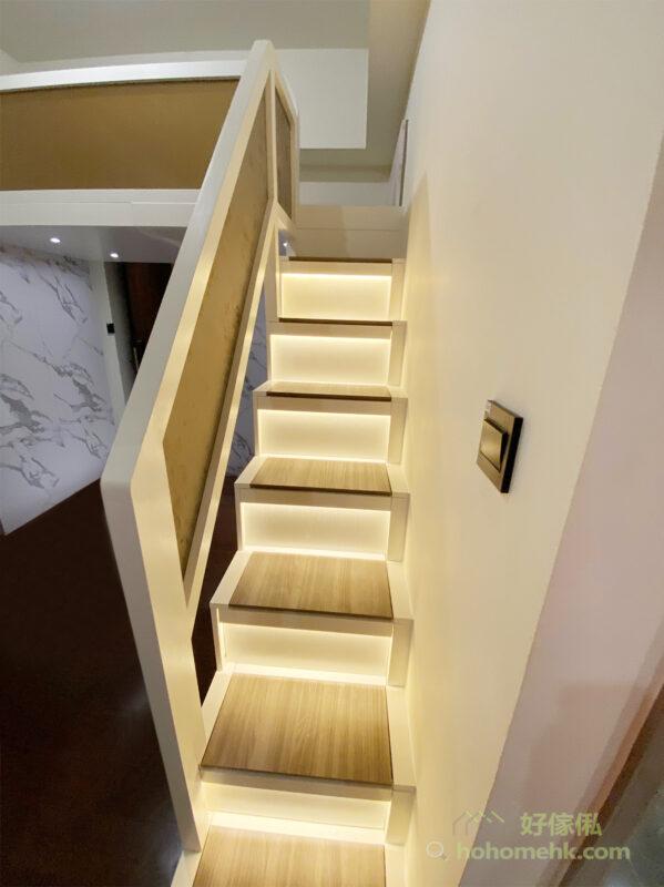 扶手的茶色磨砂玻璃,在樓梯燈帶的照耀下,透出溫暖自然的柔光,令客廳多了一份時尚大器感
