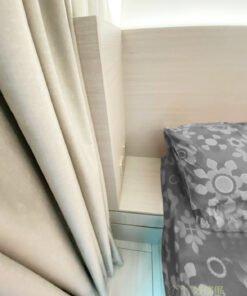 床頭板提供了空間安裝嵌入式燈槽,引進更多氣氛燈,而且床頭板後方可用來拉電線,令兩邊床頭牆都可以裝上電制