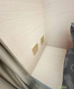 矮櫃旁能夠配合電制就最好用,若然沒有電制,也可以找電工師傅再拉線,讓電線藏在牆身內,或者如果有空間拉延長線的話,也可以在訂造傢俬時加錢在傢俬面板上加電制,這樣就可以完美配合矮櫃的使用