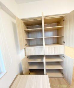無印風講求越簡單越好的美學,收納櫃方面都以簡約的設計為主