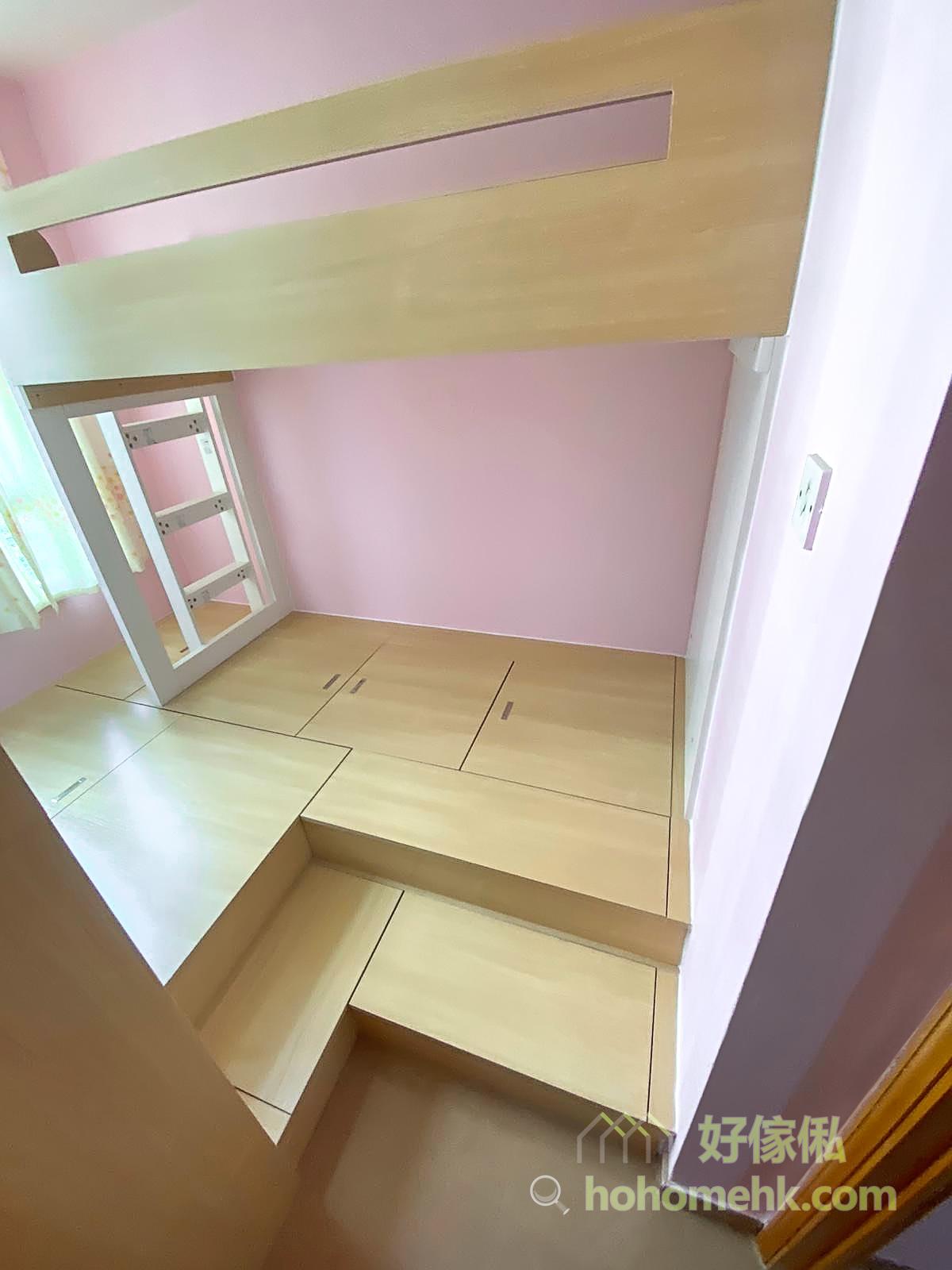 粉紅色的牆身,配合淺木色和白色的地台、碌架床和衣櫃組合,加上良好的採光面,營造出鄉村風的柔和浪漫感,舒服自然又放鬆心情
