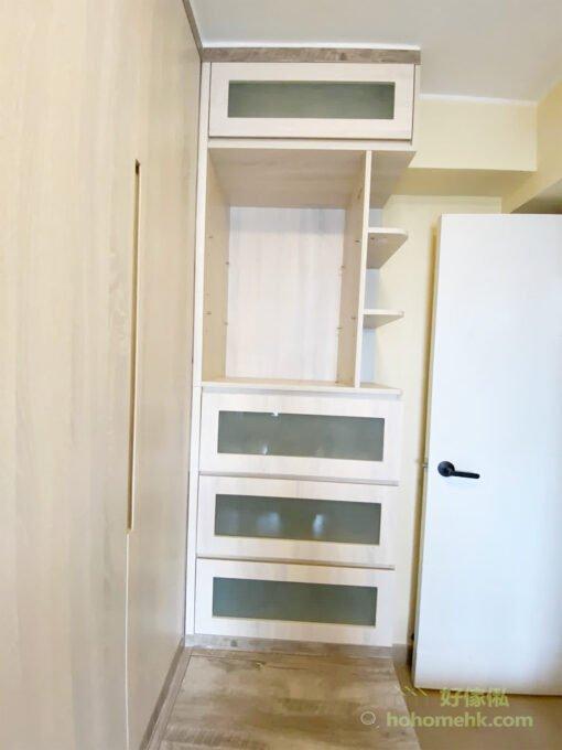 玻璃是常常用來創造通透感和空間感的素材,所以在房間中加入玻璃材質可以放大視覺感,還能折射光線,讓室內更加明亮