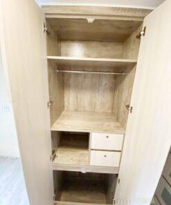衣櫃同樣可以借用不同的間隔,展現一物多用的功能,掛衣區、層格區,還可以在衣櫃加裝櫃桶收納小物品和貴重的東西