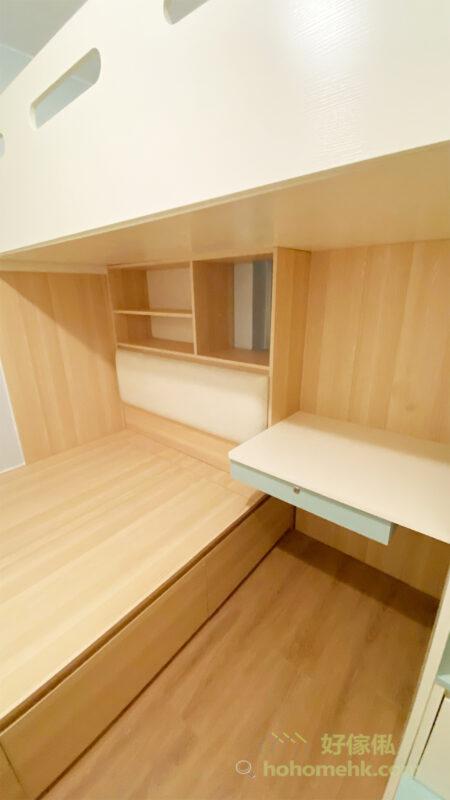 下格床的床頭櫃以開放式設計,沒有背板讓部份靠窗的床頭櫃滲進自然光