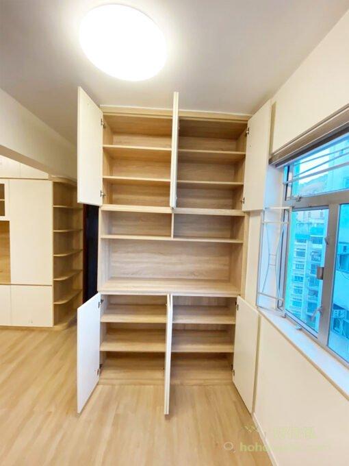 儲物櫃可利用與牆身、地板或周圍環境相同的紋理、材質和色系,讓儲物櫃融入空間,變得更俐落簡潔!門板沒有把手,以暗抽作為開關,不花巧又好看、實用