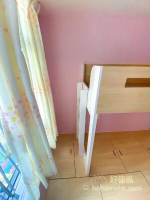 碌架床不靠窗不只令空間明亮,還有充裕的空間更換和掛上窗簾,清潔、打理都更加方便