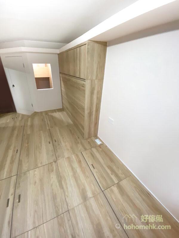間房牆上開了一扇「窗戶」,讓窗外的光線可以照射到間房內,為了保持間房的空氣流通而沒加玻璃窗,同時也方便在外面的大人時刻看到小孩在間房內的情況,增加房外房內的互動性