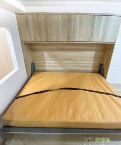 變形床未變身前像一個普通的儲物櫃,變身後可以翻出一張雙人床,而且櫃頂還有儲物空間,方便收好枕頭和被鋪