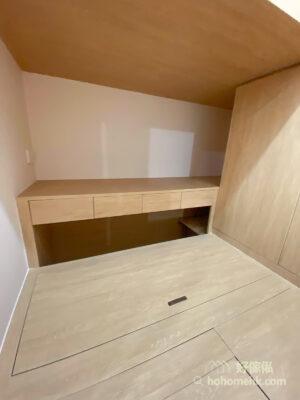 間房內用盡所有空間收納,包括全房的地台和高身衣櫃,而且採用「上床下書枱」的設計,連垂直空間都完美運用