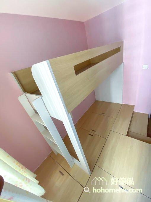 將碌架床爬梯安排在靠窗那邊,這樣上落上格床的時候比較不影響下格床的使用