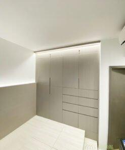 大衣櫃佔據很大面積的視線,選用高貴的香檳玫瑰色,令主人房的質感馬上提升數倍