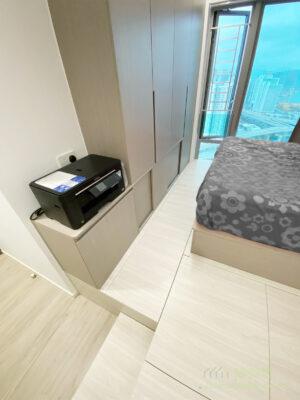 床頭和近房門的位置,除了櫃內的收納,都需要一個置物平台才好用,既可擺放小東西,亦可有個地方讓手機充電