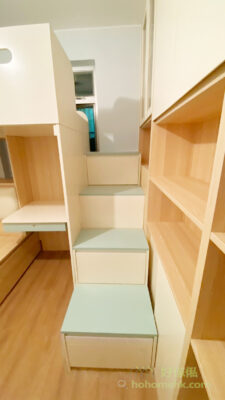 樓梯櫃也提供了巨大的儲物量,不浪漫每一吋空間