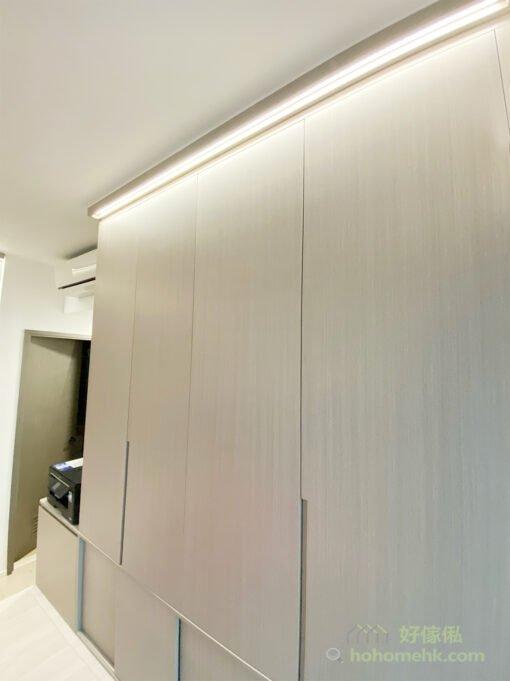 衣櫃頂的燈槽,裝上營造氣氛的燈帶,讓主人房更加明亮有氣氛,而且可以輔助照明,令屋主在衣櫃裡挑選衣服時看得更加清楚