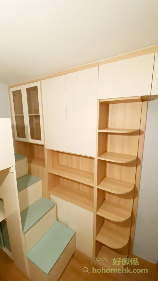 沿著樓梯櫃打造一整面儲物牆,即使是最高的儲物櫃,站在樓梯櫃上都能輕鬆打開收納,成為一個適合擺放日常用品的高櫃