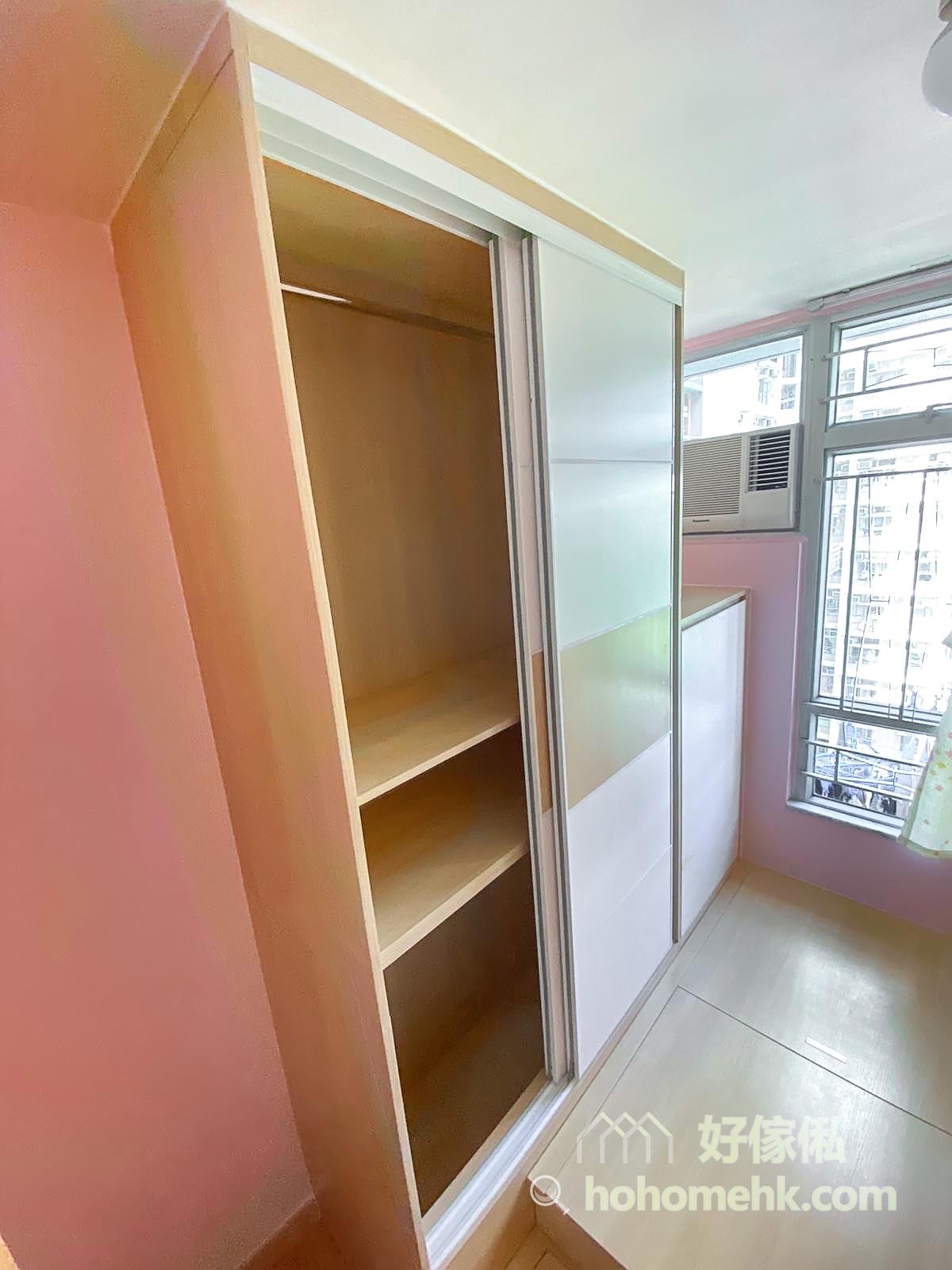 雖然衣櫃的櫃門在地台之上,但裡面的儲物空間會通到地下,所以不用擔心儲物的空間會因地台而減少