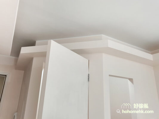 木板除了可以用來造傢俬和間房外,還可以造天花燈槽。圍著全屋空間訂造一整列的燈槽,柔和的光線令空間充滿溫馨感與造型感