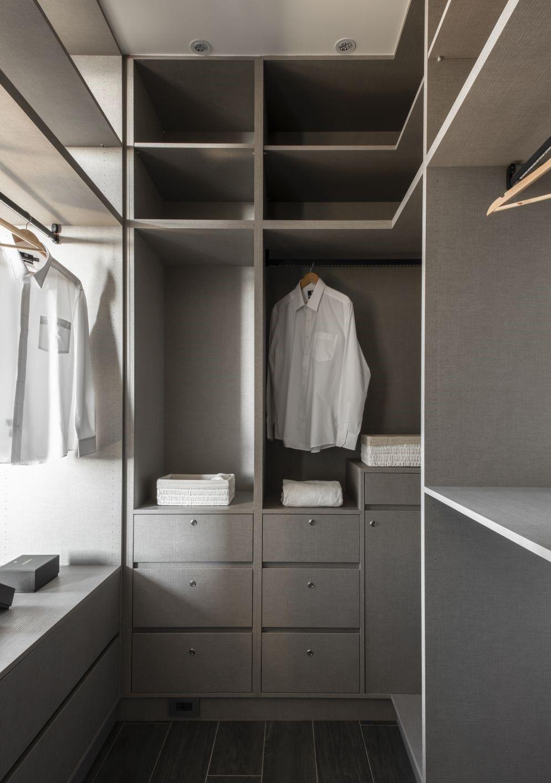 高櫃可以同時容納櫃桶、開放式格櫃,玻璃飾櫃、中空隔層等不同形式的儲物空間,可將要收納的東西分門別類,更易找及易拿取