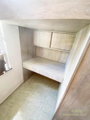 L形床和單人高架床都能騰空寬闊的空間作為書枱
