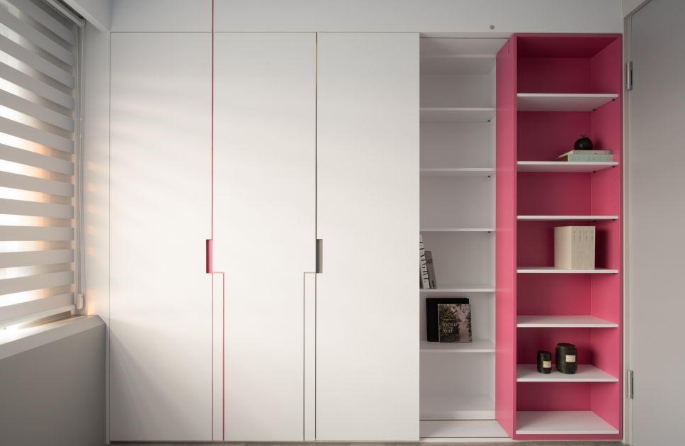 家中的高櫃,通常出現在玄關區、睡房和客廳,特色在於收納量大,到頂的設計不只可以將空間完全利用,同時櫃頂也不會堆積灰塵
