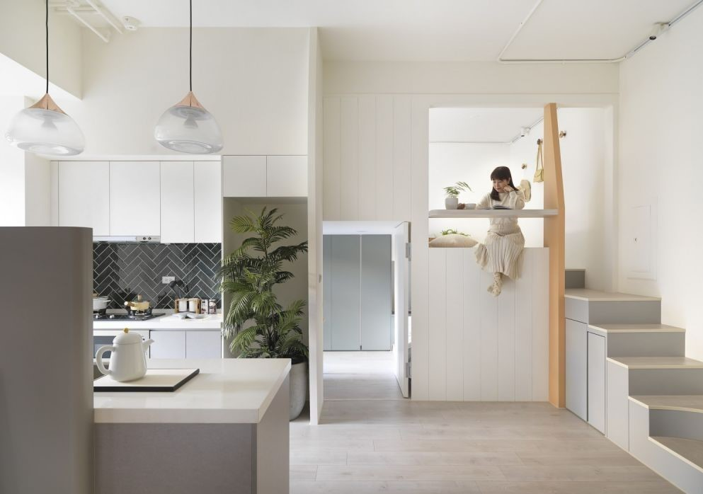 樓梯可化身成儲物櫃,利用樓梯下方和牆面間的空隙,或是每個階梯之間的高度落差,增設上掀式與抽屜式的儲物櫃