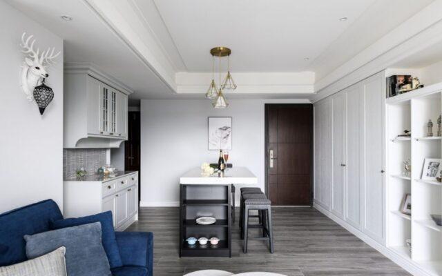 選擇具有收納功能的多功能傢俬,例如底座附有儲物箱的沙發、擁有伸縮餐枱的收納櫃和隱形床沙發等,將不同用途重疊在同一平面面積,強化小空間收納