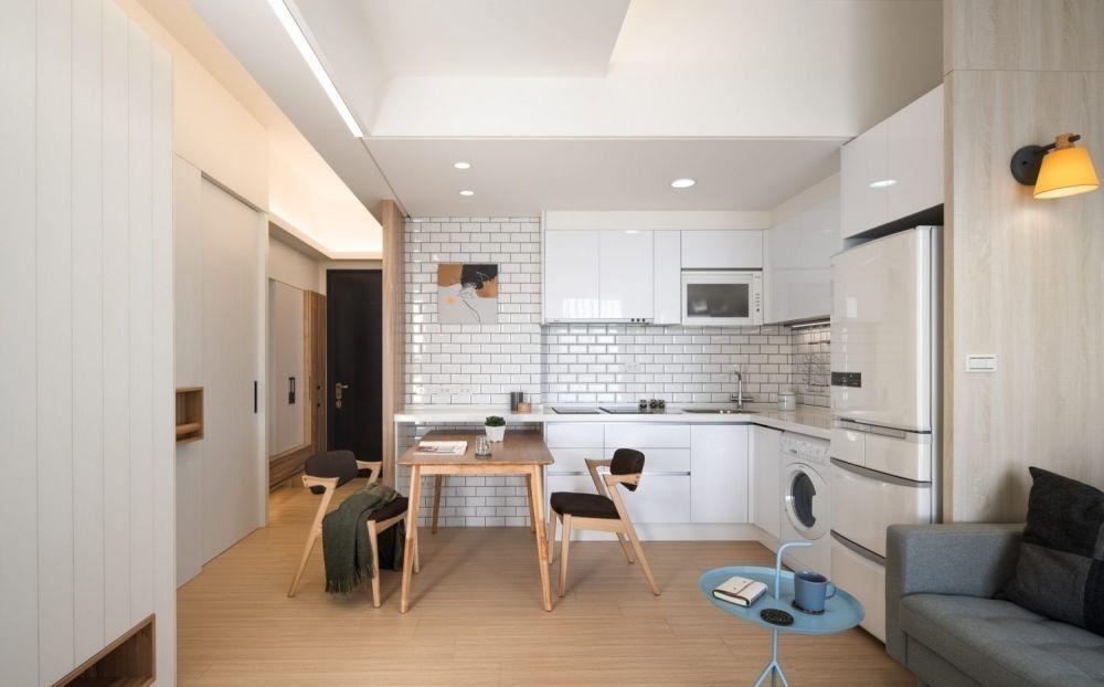 大型儲物櫃最好選用白色或淺色系來做配搭,白色具有放大空間的效果,加上大多數人都會選擇白色的天花和牆壁,白色或淺色儲物櫃能解決小空間過於擁擠的問題
