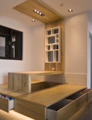在客廳用地台做成和室設計,不但能減少高身儲物櫃都能存放更多物品,還有隱性分區的作用