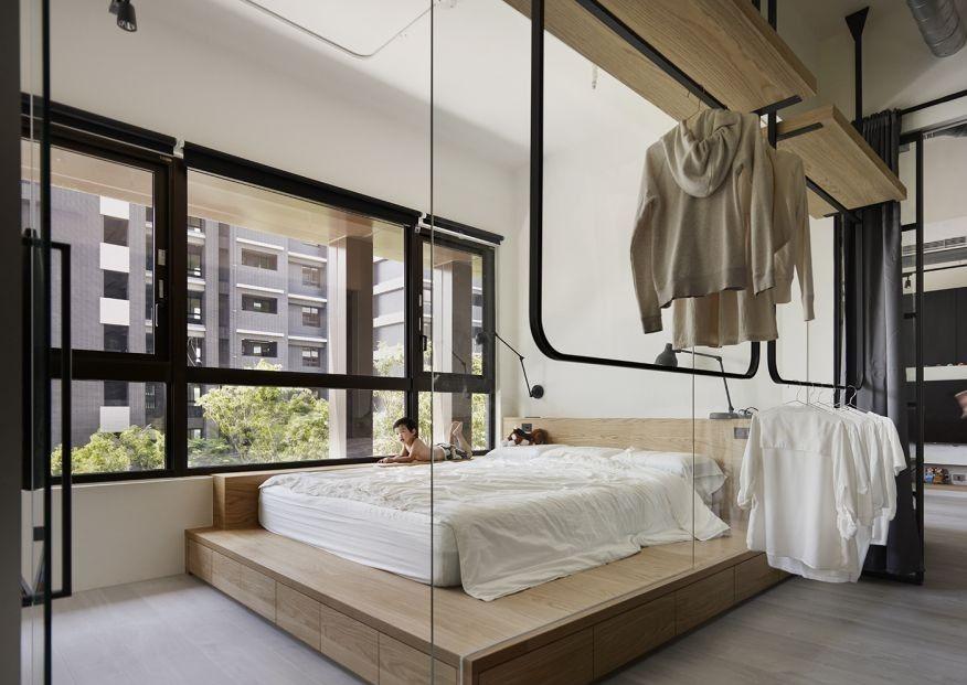 睡房地台床底下,可創造出大型的收納,使小空間收納利用更大化
