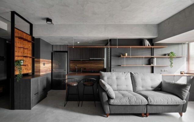 將一部份垂直牆面開放出來,添加可靈活運用的層板打造置物及裝飾的空間,取代傳統的書櫃、床頭櫃和餐邊櫃等,讓空間看起來更為輕盈