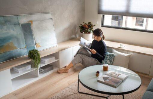 利用窗台空間作為可坐可睡的休閒區域,更可以延伸出來用作存放日常雜物;如果天花剛好有橫樑結構,窗台區域亦可巧妙地柔化壓樑的問題