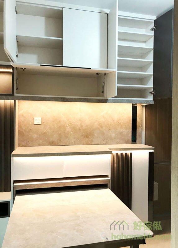 客廳電視櫃連伸縮餐枱, 在中空儲物櫃下方的地櫃,偷偷隱藏了一張伸縮餐枱,拉出來的餐枱長度有1.2米,一家人圍著吃飯都完全無問題