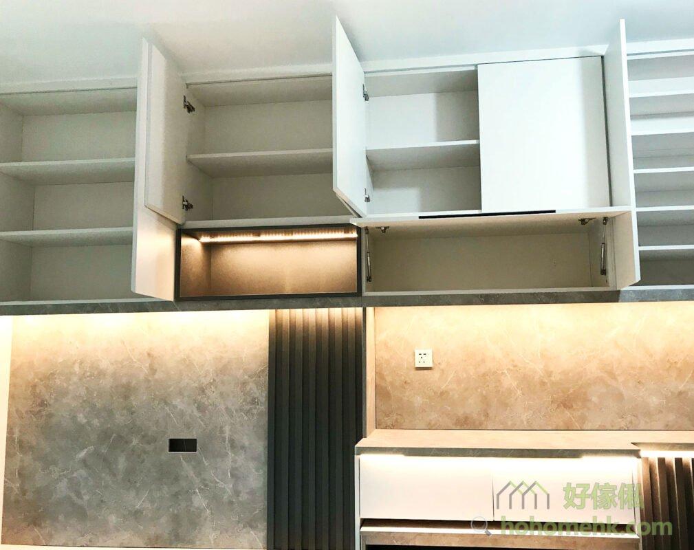 客廳電視櫃連伸縮餐枱, 加入垂直的木條子作裝飾,讓視覺空間得以拉長,減少高櫃帶來的壓迫感,並讓櫃體多了視覺的焦點