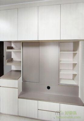 預留電視櫃一半的深度來擺放電視機,後面的一半就用來做儲物櫃,自然多了儲物空間,用來收藏小擺設、CD或小型雜物就非常合適了