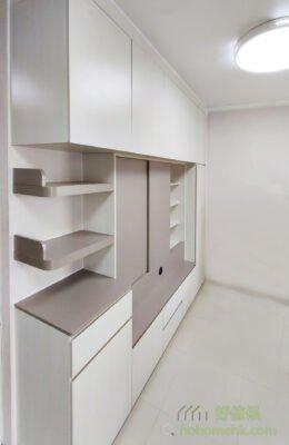 客廳電視櫃/儲物櫃, 在轉角層架加上小擋條就更方便收納,同時櫃身又能夠保持輕盈感